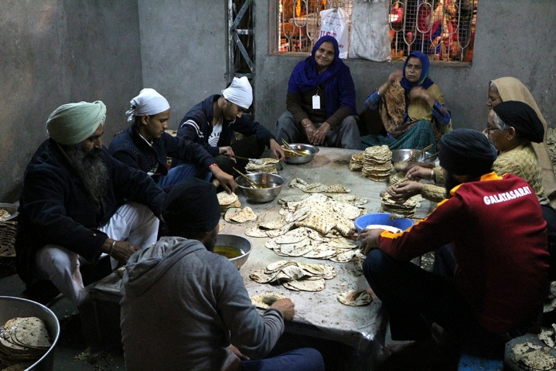 Volunteers preparing roti Golden Temple