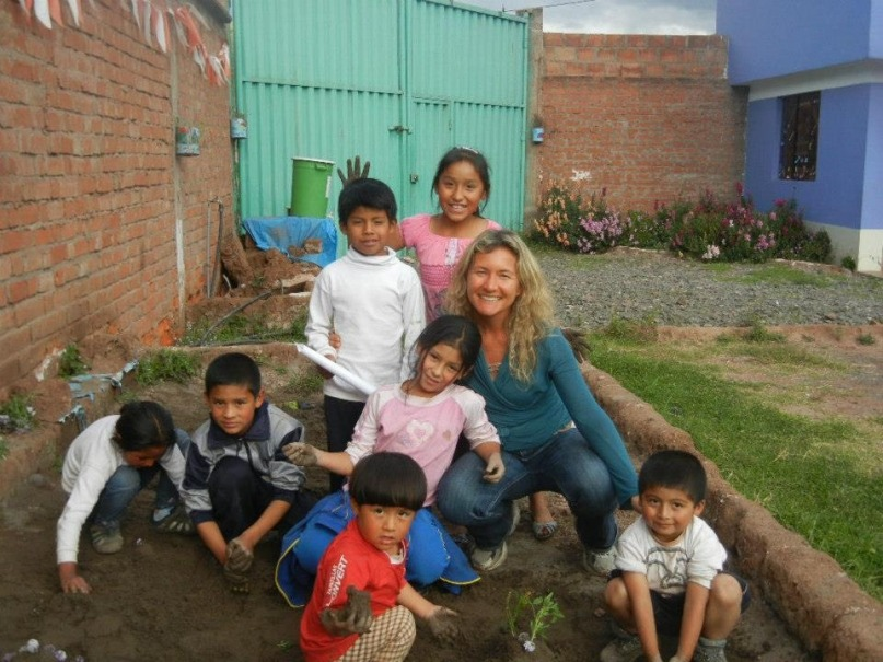 Playing with kids and teaching English in Cuzco Peru